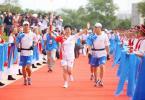 图文-奥运圣火在赤峰传递 火炬手娜日苏跑第一棒