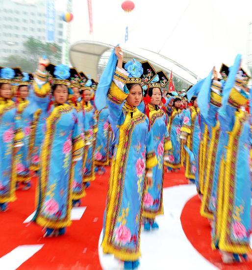 图文-北京奥运圣火在松原市传递 满族格格舞表演