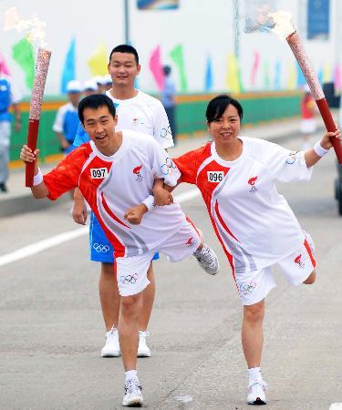 图文-奥运圣火在松原市传递 火炬手交接玩花样