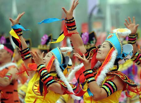 图文-北京奥运圣火在松原市传递 演员现场表演舞蹈