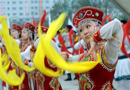 图文-北京奥运圣火在松原市传递 现场舞蹈很热闹