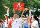 图文-北京奥运圣火在沈阳传递 程宏传递火炬