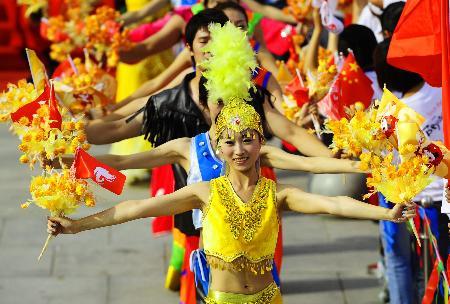 图文-奥运圣火在鞍山传递 起跑仪式上的鞍山美女
