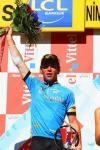 图文-环法自行车赛第13赛段结束赛段冠军高举鲜花