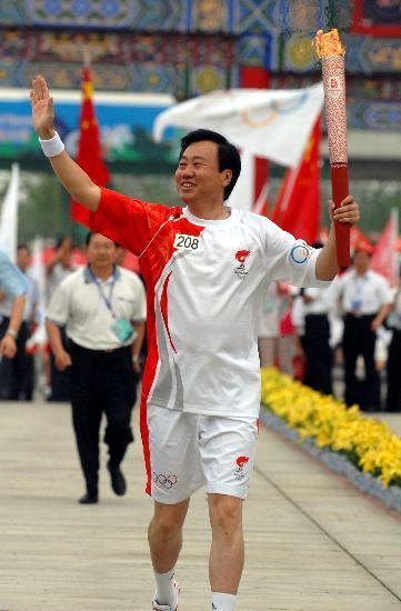 图文-奥运圣火在大连传递 最后一棒火炬手夏德仁