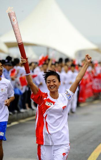 图文-奥运圣火在大连传递 火炬手高飞振臂欢呼