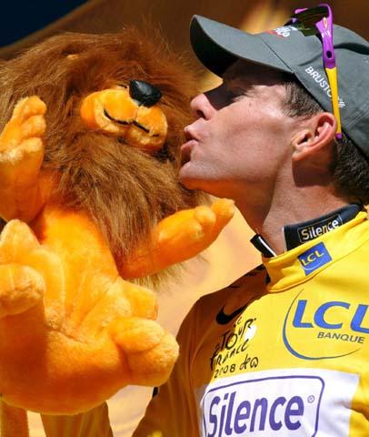 图文-环法自行车赛第14赛段结束激动的亲吻吉祥物