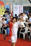 图文-奥运圣火在青岛传递 首棒高举圣火起跑
