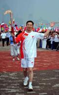 图文-奥运圣火在青岛传递 火炬手陈爱新异常兴奋