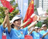 图文-奥运圣火在青岛传递 为圣火传递加油的市民