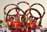 图文-北京奥运圣火在临沂传递 组成五环迎圣火