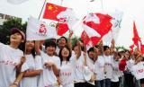 图文-奥运圣火在泰安传递 学生们在为火炬传递加油