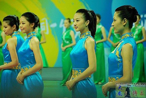 图文-奥运颁奖礼仪志愿者风采 身着颁奖服舞台亮相