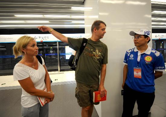 图文-地铁社会志愿者传递微笑 为游客提供热心咨询