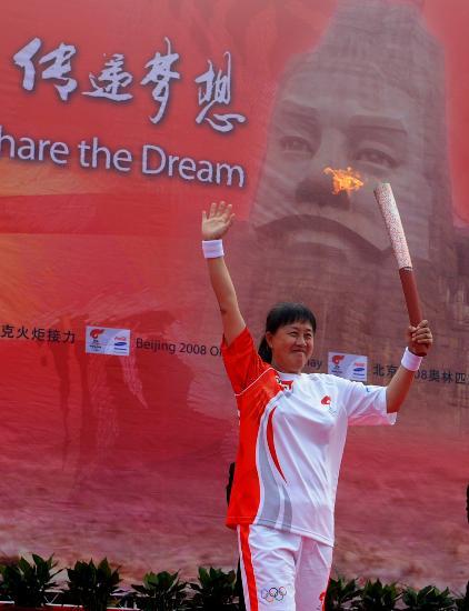 图文-奥运圣火在郑州传递 张蓉芳高举祥云致意