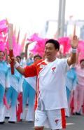 图文-北京奥运圣火在郑州传递 陈新江传递火炬