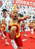 图文-北京奥运圣火在郑州传递 小演员们活力十足