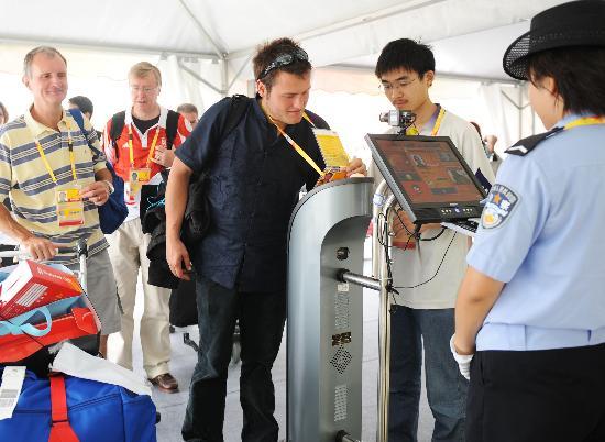 图文-北京奥运会媒体村开村 媒体记者通过验证