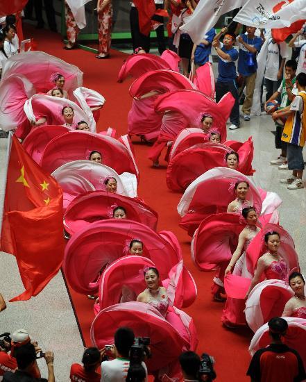 图文-北京奥运圣火在郑州传递 结束仪式演员演出