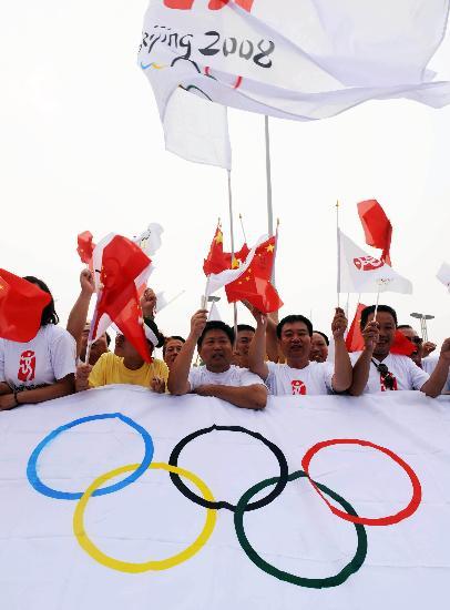 图文-北京奥运圣火在郑州传递 郑州市民充满热情