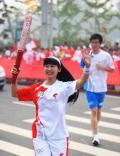 图文-奥运圣火在郑州传递 长发飞扬骄傲传递圣火