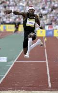 图文-2008伦敦田径超级大奖赛 英国名将伊杜乌跑跳