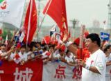 图文-北京奥运圣火在开封传递 欢呼声中开心前行
