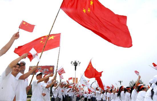 图文-北京奥运圣火在开封传递 加油助威整齐划一