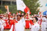图文-北京奥运圣火在开封传递 同举双臂迎接交接
