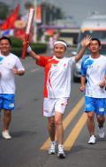 图文-北京奥运圣火在开封传递 微笑行进手舞足蹈