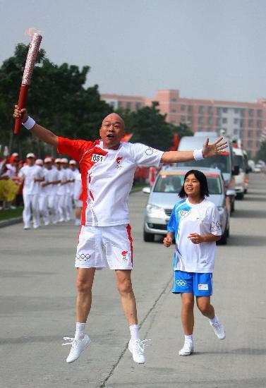 图文-北京奥运圣火在开封传递 伸展四肢向上激跃