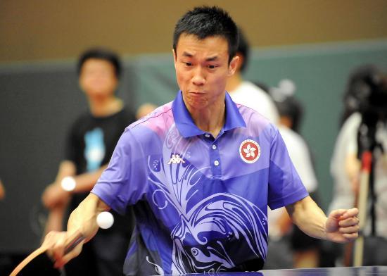 图文-中国香港乒乓球队备战奥运 李静在训练中回球