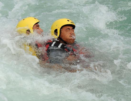 图文-奥运会皮划艇救生队进行训练 模拟惊险一幕