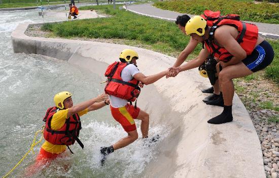 图文-奥运会皮划艇救生队进行训练 齐心协力救援