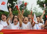 图文-北京奥运圣火在洛阳传递 观众激情加油助威