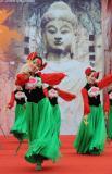图文-北京奥运圣火在洛阳传递 表演的民族舞蹈
