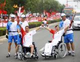 图文-奥运圣火在洛阳传递 残疾人火炬手心手相连