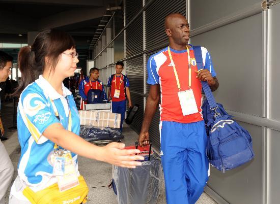图文-古巴奥运代表团包机抵京 代表团走出航站楼