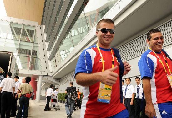 图文-古巴奥运代表团包机抵京 长途旅行不影响心情
