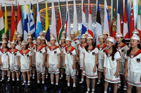 图文-青岛奥运村开村仪式 为北京奥运加油助威