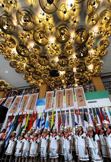 图文-青岛奥运村开村仪式 青少年进行合唱表演