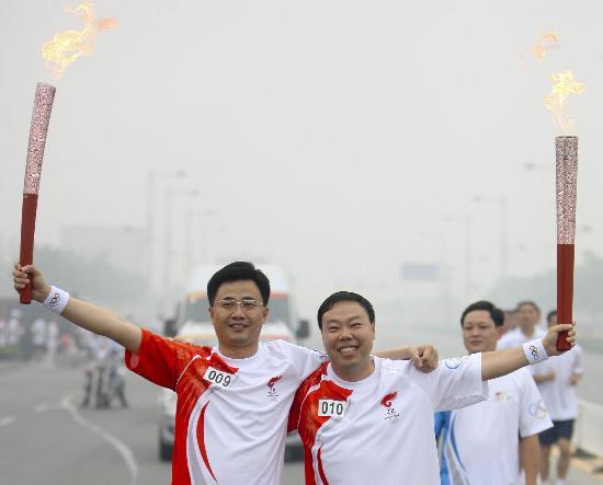 图文-北京奥运圣火在安阳传递 王顺启与武宏后合影