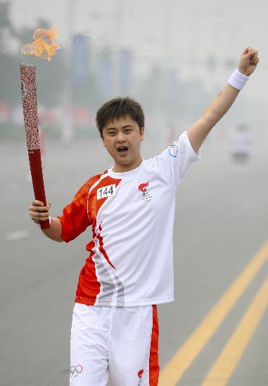 图文-北京奥运圣火在安阳传递 王嵘手持火炬传递