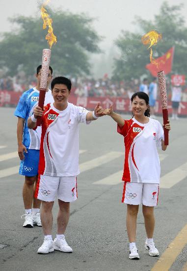 图文-北京奥运圣火在安阳传递 李振华与康永怀合影