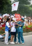 图文-北京奥运圣火在安阳传递 晕倒志愿者坚持工作