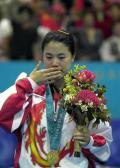 图文-泪洒赛场的奥运冠军 王楠在领奖台上流下泪水
