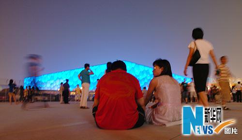 图文-市民争睹开幕式首次带妆彩排 水立方前休息