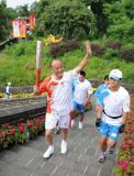 图文-北京奥运圣火在秦皇岛传递 聂瑞平向观众招手