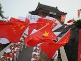 图文-北京奥运圣火在秦皇岛传递 现场国旗飘扬