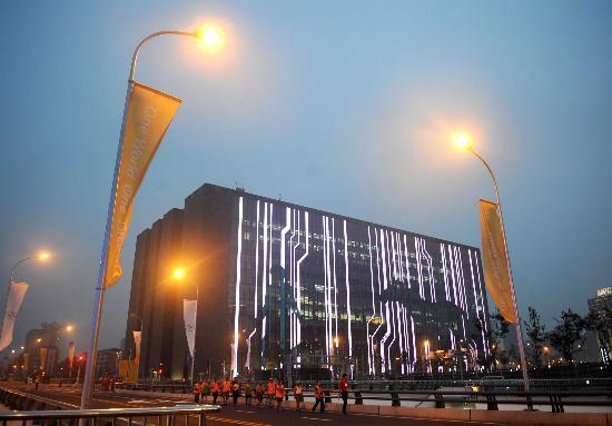 图文-数字北京大厦展示线条美 夜间显得格外耀眼